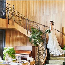 階段で。ドレスを美しく